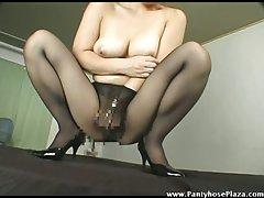 Jap satisfying her cunt
